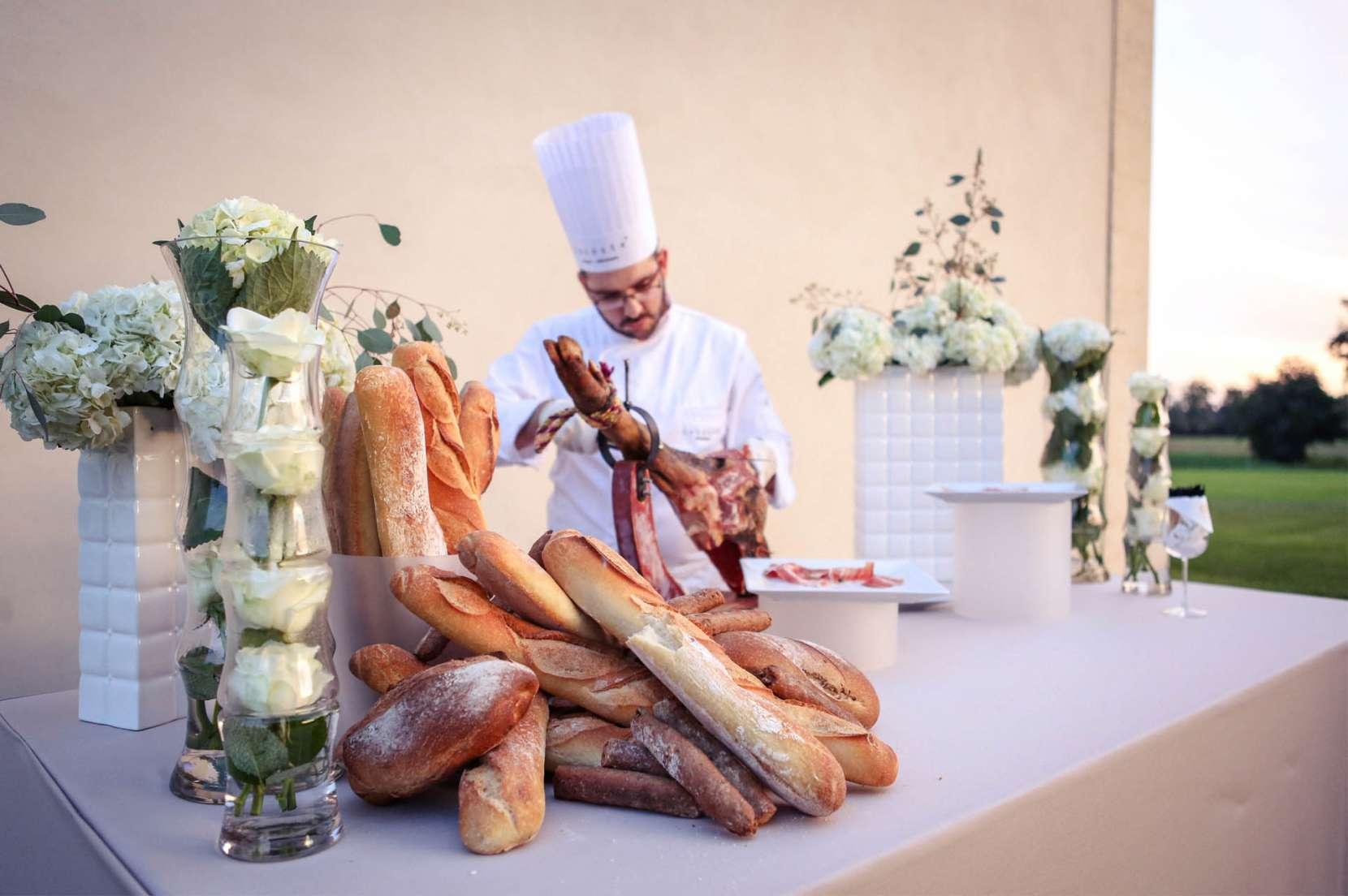 Animation-culinaire-salée-découpe-de-jambon-Serrano-au-buffet-par-un-chef-1660x1104.jpg