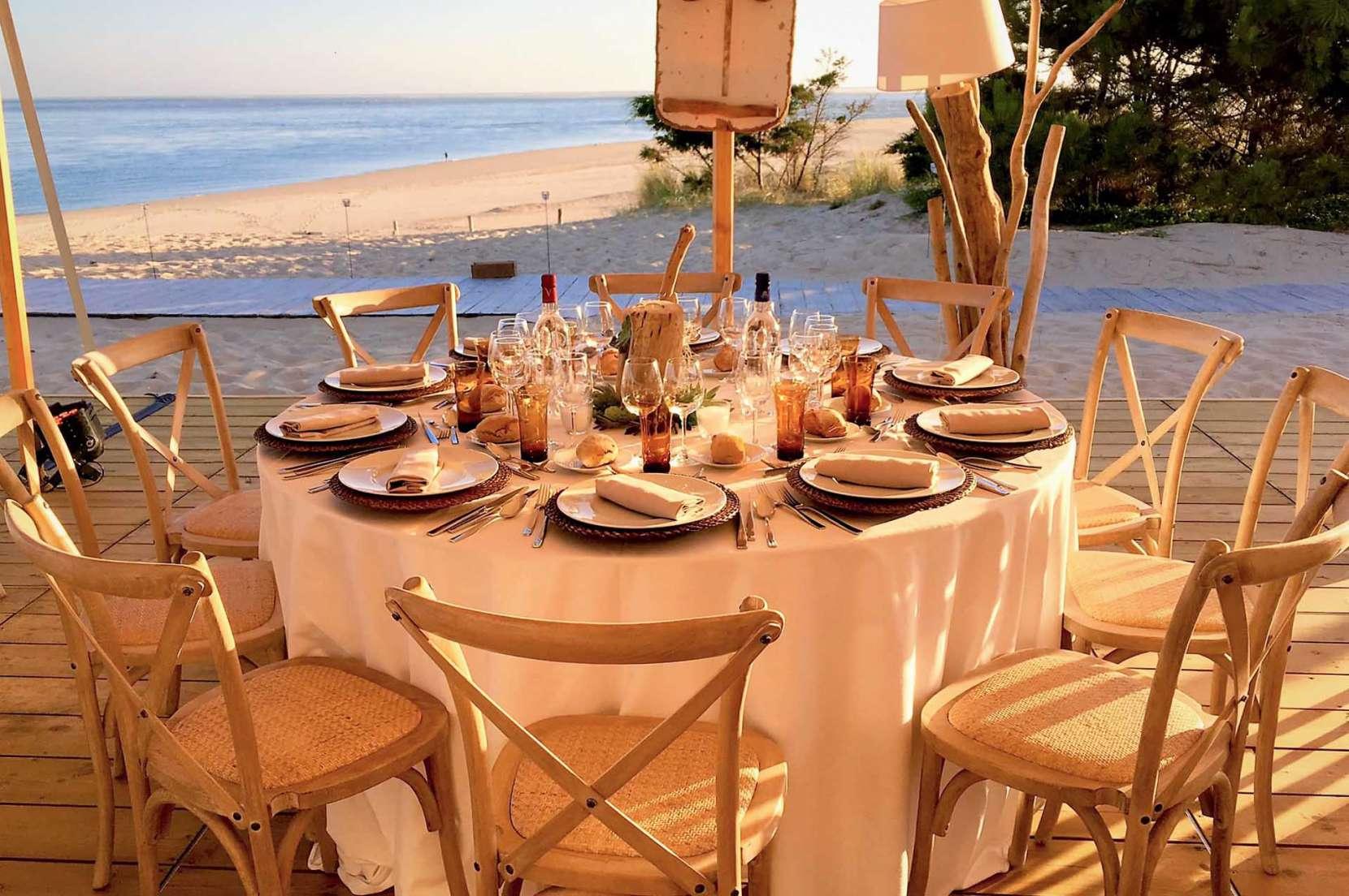 Diner-sur-la-plage-Cabane-Bartherotte-Cap-Ferret-1660x1104.jpg
