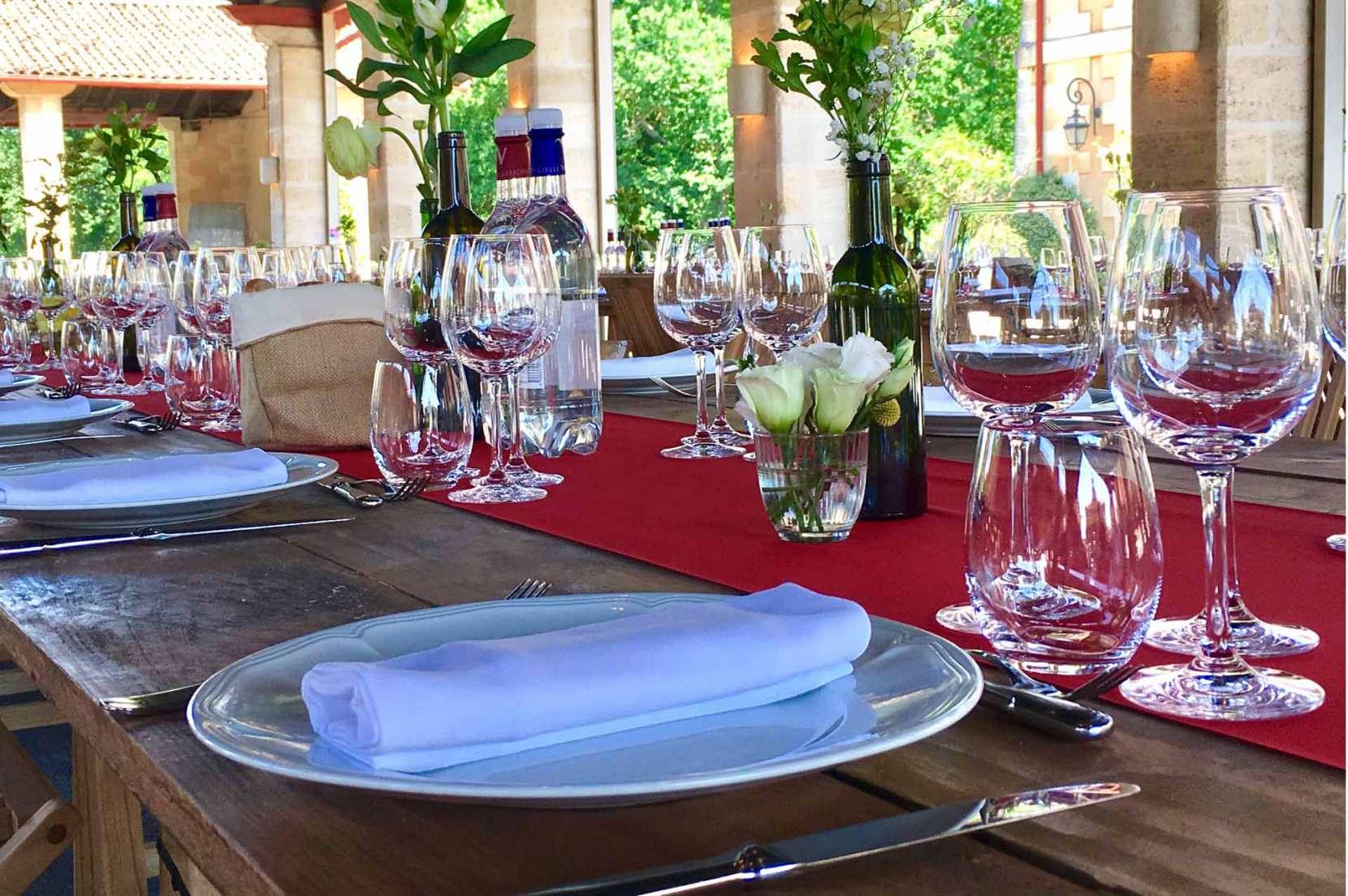 Déjeuner-champètre-au-chateau-Giscours-sur-table-en-bois-1660x1104.jpg